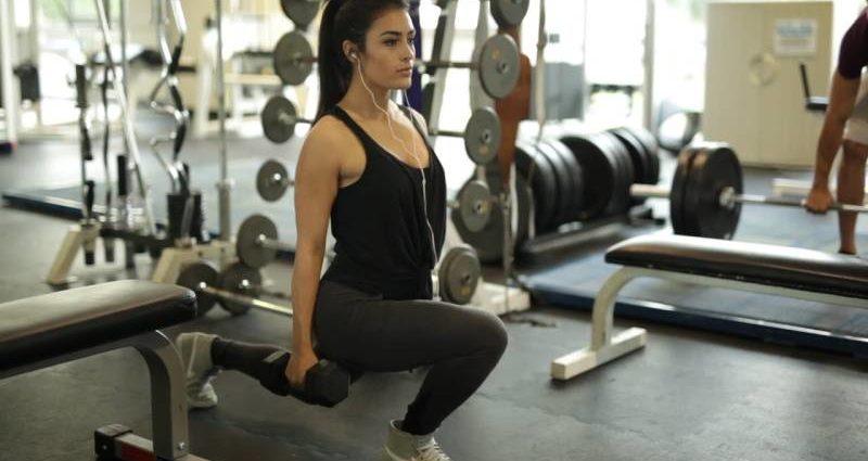 fata-sala-bruneta-exercitiu